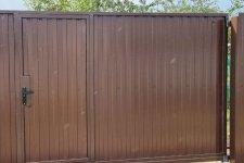 Откатные ворота с калтиткой