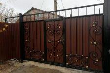 Откатные ворота с калиткой и элементами ковки